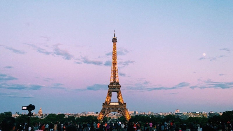 marriage proposal ideas at famous landmarks like Effiel tower